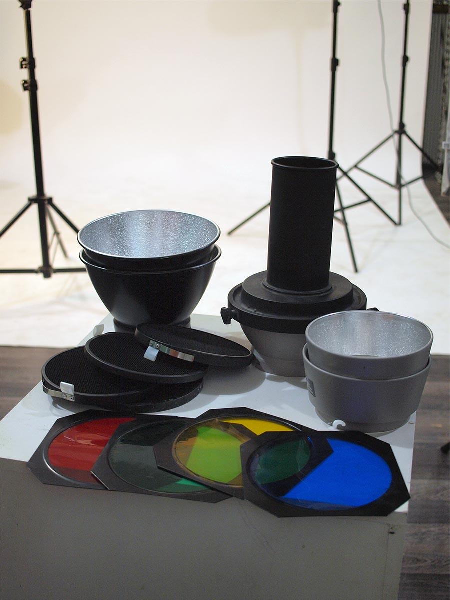 Различные насадки, рефлекторы, шторки с сотами и 4-мя цветными фильтрами для света